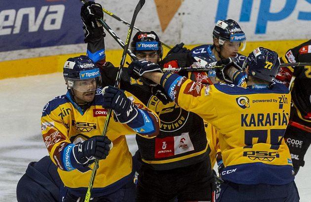 Poytčka během extraligového zápasu. V akci zleva Pavel Sedláček ze Zlína, Pawel Zygmunt z Litvínova a Jiří Karafiát ze Zlína.