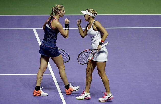 Ruská dvojice Jekatěrina Makarovová a Jelena Vesninová mají radost po jedné z vítězných výměn.
