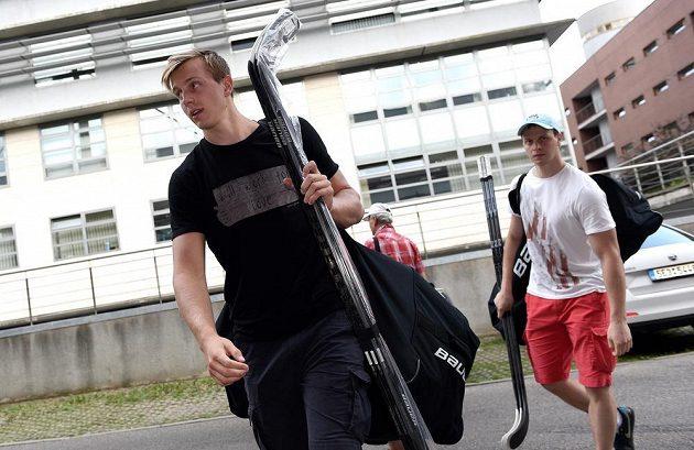 Sparťanští útočníci Daniel Přibyl (vpředu) a Jan Buchtele na srazu hokejové reprezentace.