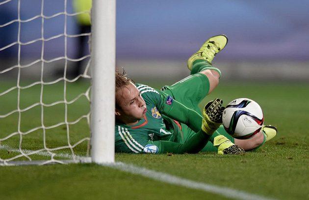 Švédský brankář Patrik Carlgren zasahuje ve finále ME hráčů do 21 let proti Portugalsku.