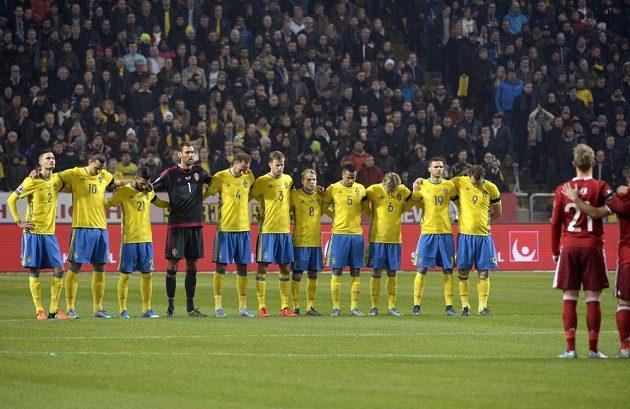 Švédští a dánští fotbalisté drželi před zahájením baráže minutu ticha za oběti pátečního teroristického útoku v Paříži.