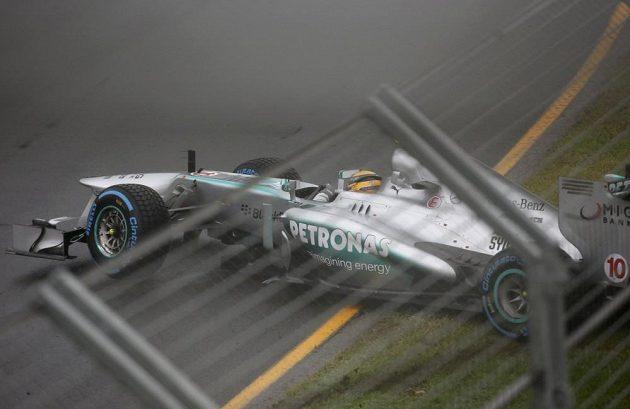 Formule pilota stáje Mercedes Lewise Hamiltona skončila kvůli kluzkému asfaltu ve zdi.