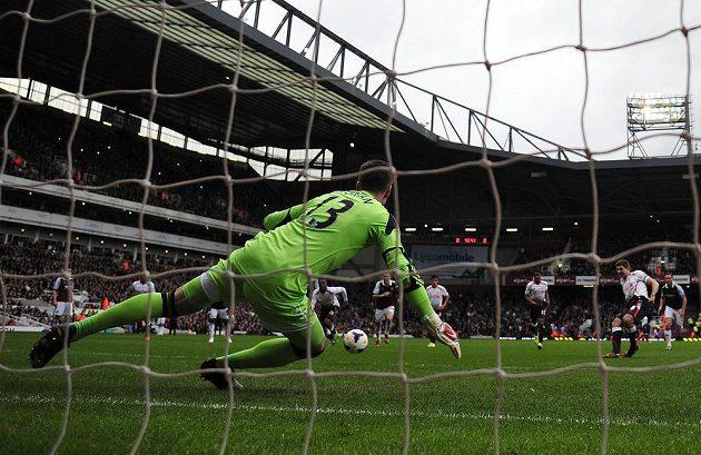 Steven Gerrard z Liverpoolu proměňuje penaltu proti West Hamu.