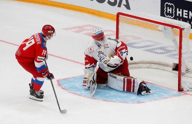 Ruský útočník Vladimir Eduardovič Tkačov překonává během samostatných nájezdů českého brankáře Šimona Hrubce.