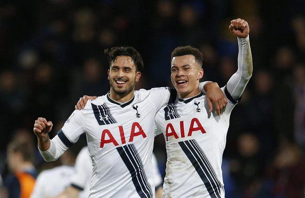 Tottenhamští Nacer Chadli a Dele Alli se radují...