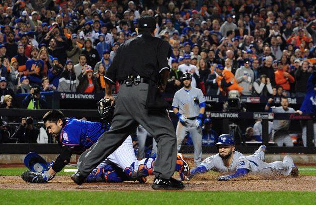 Eric Hosmer (vpravo) z Kansas City Royals takhle skóroval v devátém inningu s New York Mets, vlevo catcher Travis d'Arnaud.