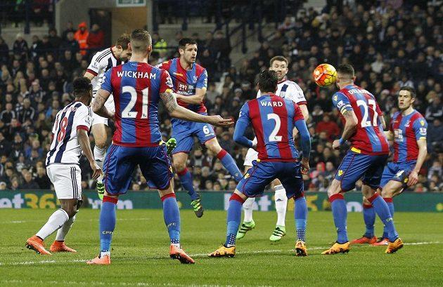 Craig Dawson z WBA (druhý zleva) střílí druhý gól do sítě Crystal Palace.