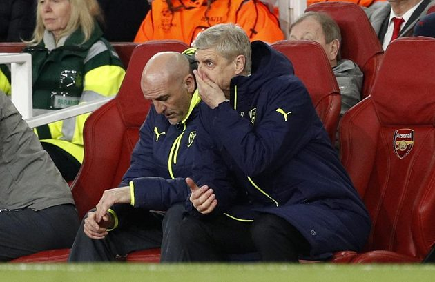 Zdrcený kouč Arsenalu Arséne Wenger po debaklu s Bayernem v odvetném osmifinále Ligy mistrů určitě přemýšlel o rezignaci, kterou požadovali fanoušci Kanonýrů.