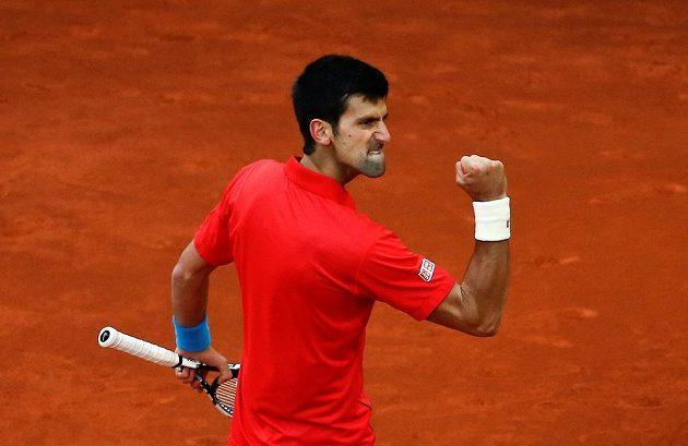 Vítězného gesto srbského tenisty Novaka Djokoviče.