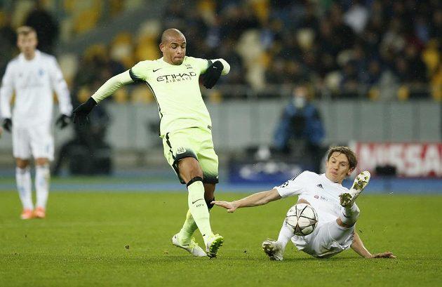 Denys Garmash z Dynama Kyjev (vpravo) odebírá míč Fernandovi z Manchesteru City.