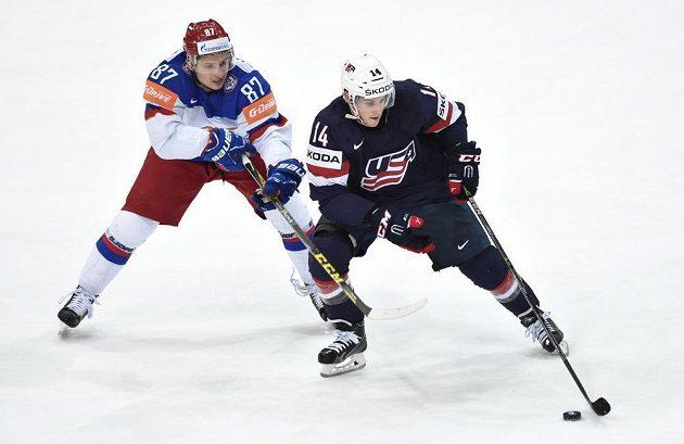 Ruský útočník Vadim Šipačov a útočník USA Steve Moses během semifinále hokejového mistrovství světa v Praze.
