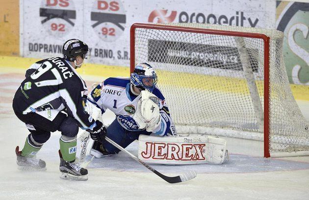 Ivan Ďurač z Mladé Boleslavi překonává brněnského brankáře Marka Čiliaka v zápase 50. kola hokejové Tipsport extraligy.
