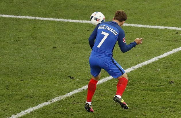 Antoine Griezmann dává první gól Francie proti Albánii.