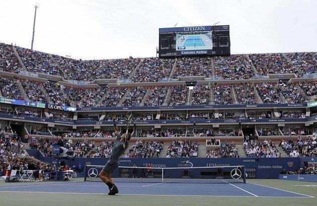 Španěl Rafael Nadal servíruje ve finále US Open proti Novaku Djokovičovi ze Srbska.