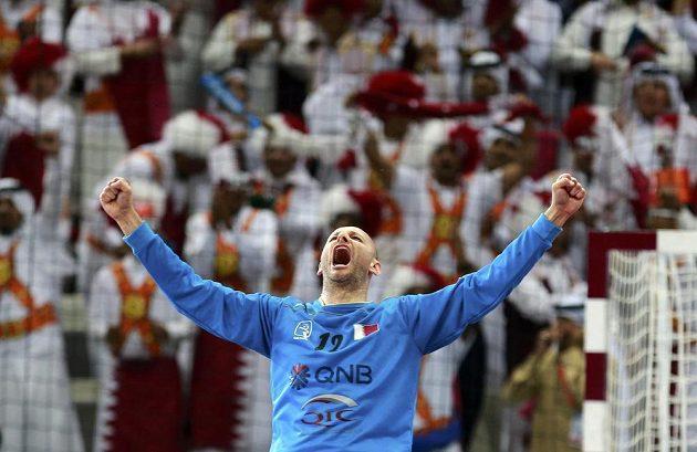 Katarský brankář Danjel Šarič slaví postup do semifinále MS.