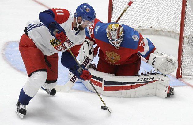 Český útočník Martin Hanzal se pokouší překonat ruského brankáře Sergeje Bobrovského v přípravném duelu v Petrohradu.