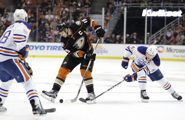 Kapitán Anaheimu Ryan Getzlaf (15) se probíjí obranou Edmontonu v utkání NHL.