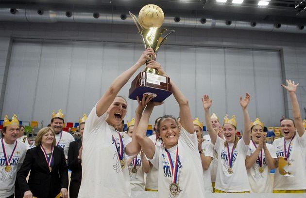 Pohár pro vítězky basketbalové ligy převzala kapitánka USK Ilona Burgrová (vlevo) a Laia Palauová.