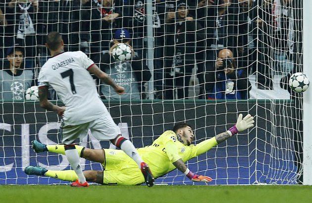 Ricardo Quaresma z Besiktase Istanbul dává gól z penalty v utkání s Benficou Lisabon.