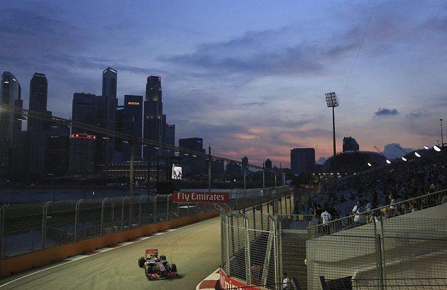 Britský pilot Jenson Button ze stáje McLaren-Mercedes při tréninku na Velkou cenu Singapuru.