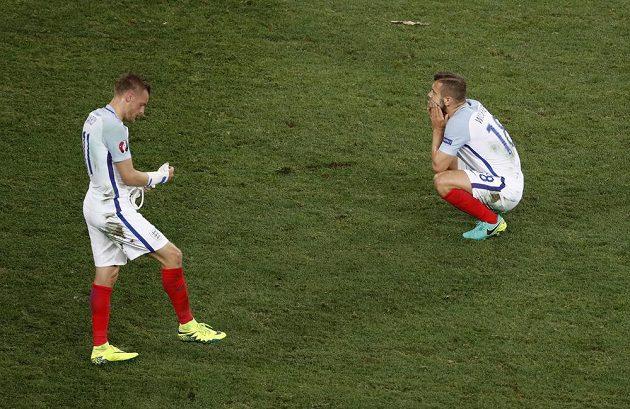Zklamaní Angličané Jamie Vardy (vlevo) a Jack Wilshere krátce po vyřazení z ME.