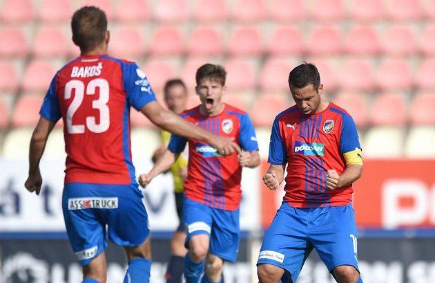 Plzeňský kapitán Pavel Horváth oslavuje svůj gól z penalty proti Příbrami.