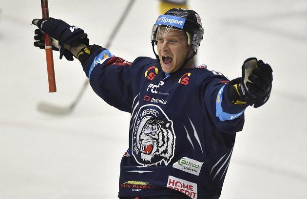 Liberecký útočník Michal Bulíř se raduje z úvodního gólu.