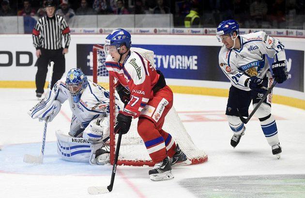 Vladimír Sobotka, finský brankář Atte Engren a Jarkko Immonen během přípravného utkání ve Znojmě.