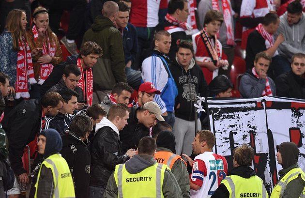 Kapitán Slavie Praha Karel Piták hovoří s fanoušky během přerušení utkání 27. kola Gambrinus ligy proti Příbrami.