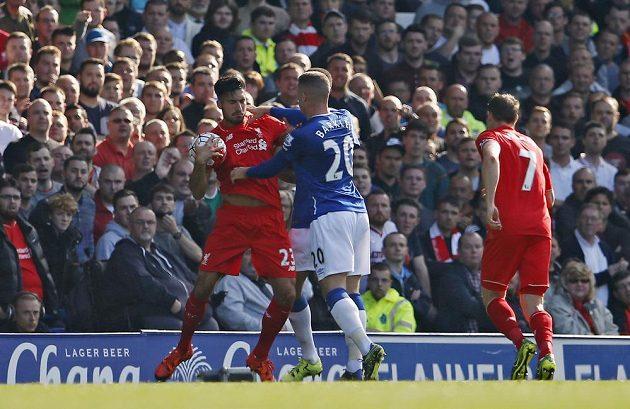 Liverpoolské derby je prestižní a nechybějí rozmíšky. Domácí Ross Barkley se pouští do Emre Cana.