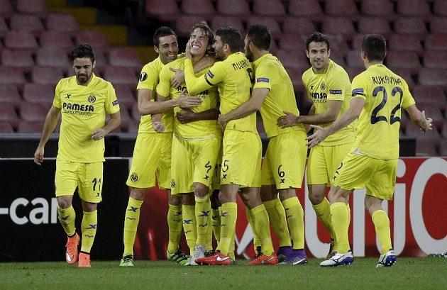 Fotbalisté Villarrealu, čtvrtfinálový soupeř Sparty v EL, slaví gól proti Neapoli.