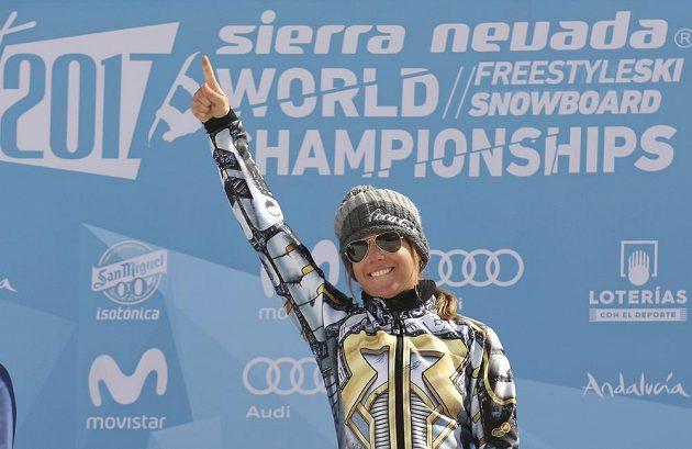 Česká snowboardistka Ester Ledecká vyhrála na MS obří slalom a její radost ze zlaté medaile.