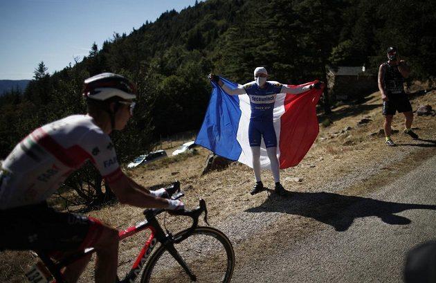 I fanoušci na Tour de France nosí roušky.