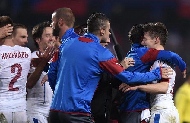 Střelec vítězného gólu Václav Pilař (vpravo) se raduje se spoluhráči z vítězství nad favoritem skupiny A Nizozemskem.