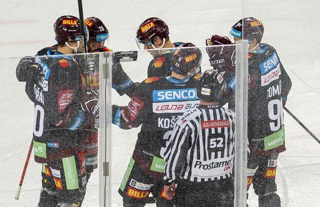 Hokejisté Sparty se radují z gólu proti Litvínovu v zápase pod širým nebem v Drážďanech.