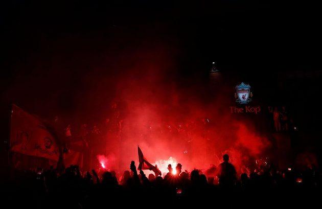 Liverpoolští fanoušci slaví před stadionem výhru nad Chelsea.