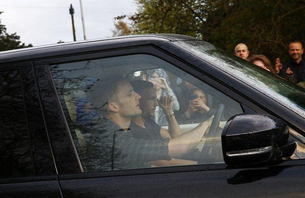 Andy King a Danny Drinkwater z Leicesteru příjíždějí do domu spoluhráče Jamieho Vardyho, aby společně sledovali počínání konkurenčního Tottenhamu na Chelsea.