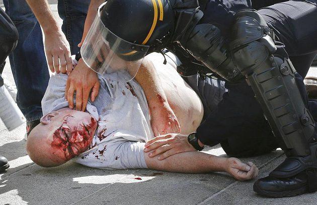 Policisté zasahují v ulicích Marseille proti jednomu z výtržníků.