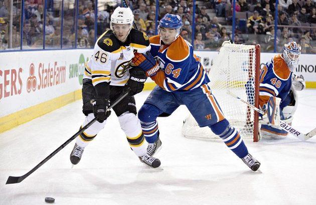 Centr Bostonu David Krejčí (vlevo) v utkání s Edmontonem.
