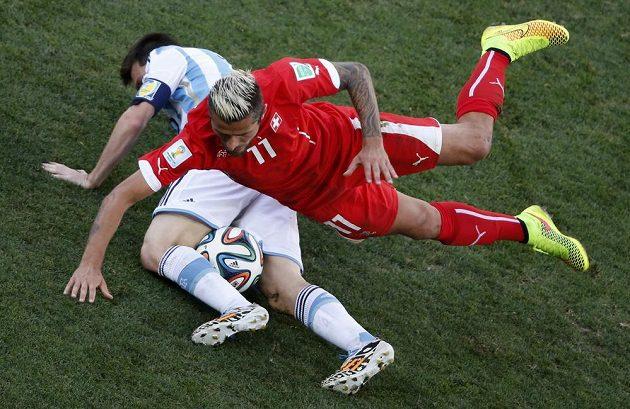 Argentinec Lionel Messi (vlevo) bojuje o míč se Švýcarem Valonem Behramim.