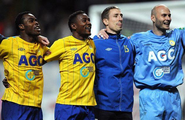 Hráči Teplic zleva Eugene Salami, Franci Litsingi, Josef Kaufman a Martin Slavík oslavují vítězství nad Plzní.