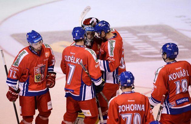 Čeští hokejisté slaví vítězství nad Dánskem.