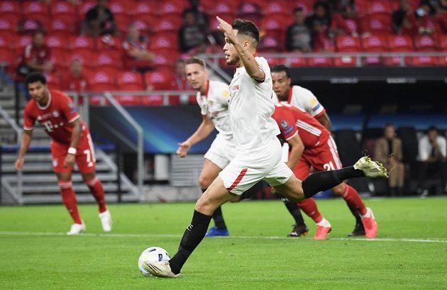 Lucas Ocampos ze Sevilly otevřel z penalty skóre Superpoháru s Bayernem Mnichov.