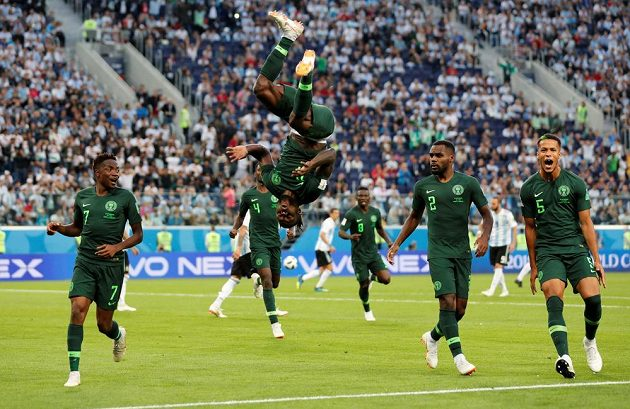 Nigerijská radost! Střelec gólu proti Argentině Victor Moses předvádí oslavné salto.