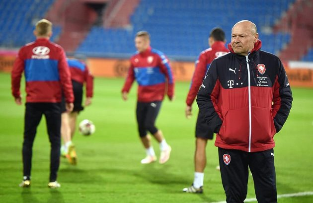 Asistent kouče české fotbalové reprezentace Miroslav Koubek (vpravo) během pondělního tréninku.