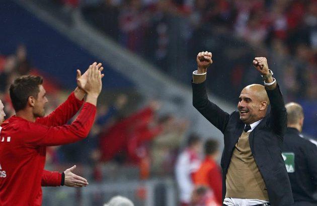 Trenér Bayernu Pep Guardiola (vpravo) se raduje po jednom z gólů Roberta Lewandowského.