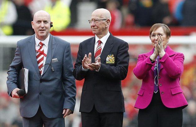 Sir Bobby Charlton se ženou Normou tleskají zaplněnému stadiónu během ceremoniálu.