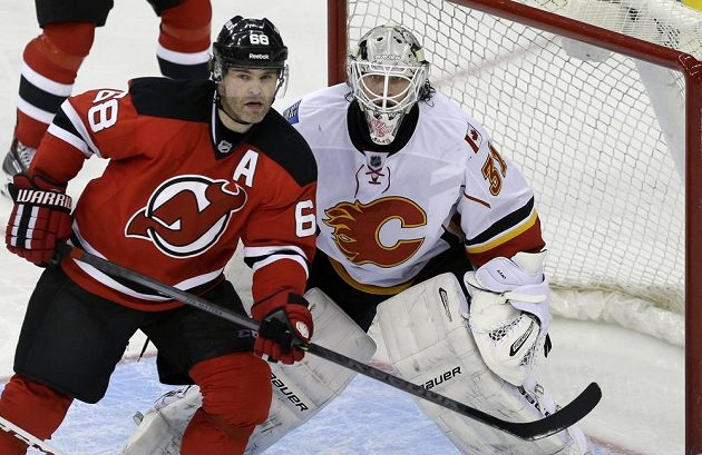 Útočník New Jersey Devils Jaromír Jágr (vlevo) a brankář Calgary Flames Karri Rämö.