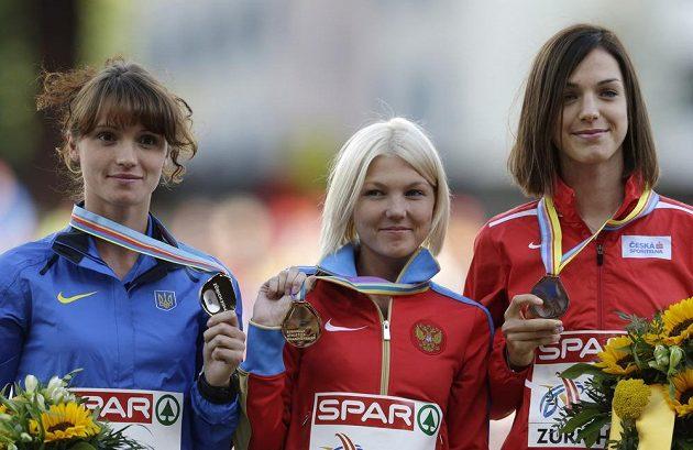 Anežka Drahotová (vpravo) pózuje s bronzovou medailí, kterou vybojovala v chůzi na 20 km. Vlevo stříbrná Ljudmila Oljanovská z Ukrajiny, uprostřed mistryně Evropy Elmira Alembekovová z Ruska.