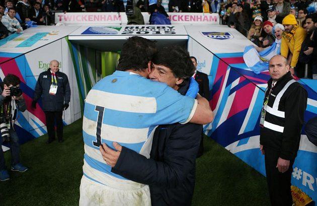 Argentinský ragbista Marcos Ayerza se objímá s trenérem Danielem Hourcadem po semifinálové porážce s Austrálií.